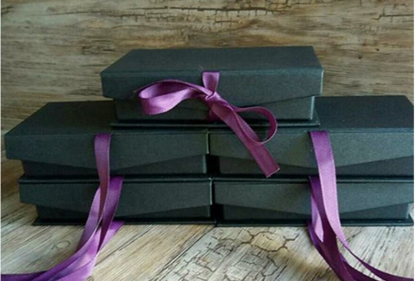 Подарункові коробки з бантом